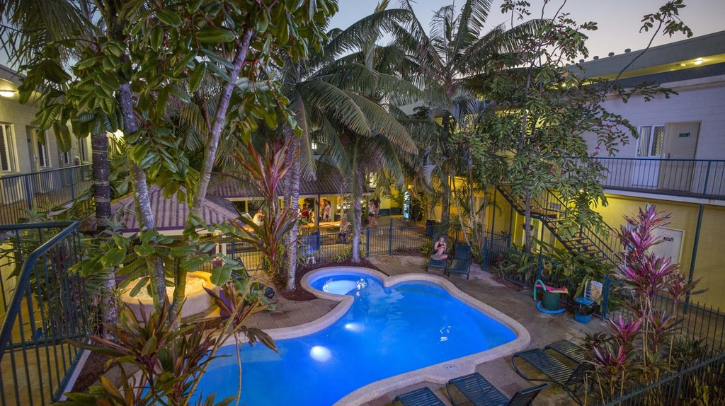 The hostel's tropical pool area | © Cairns Central YHA