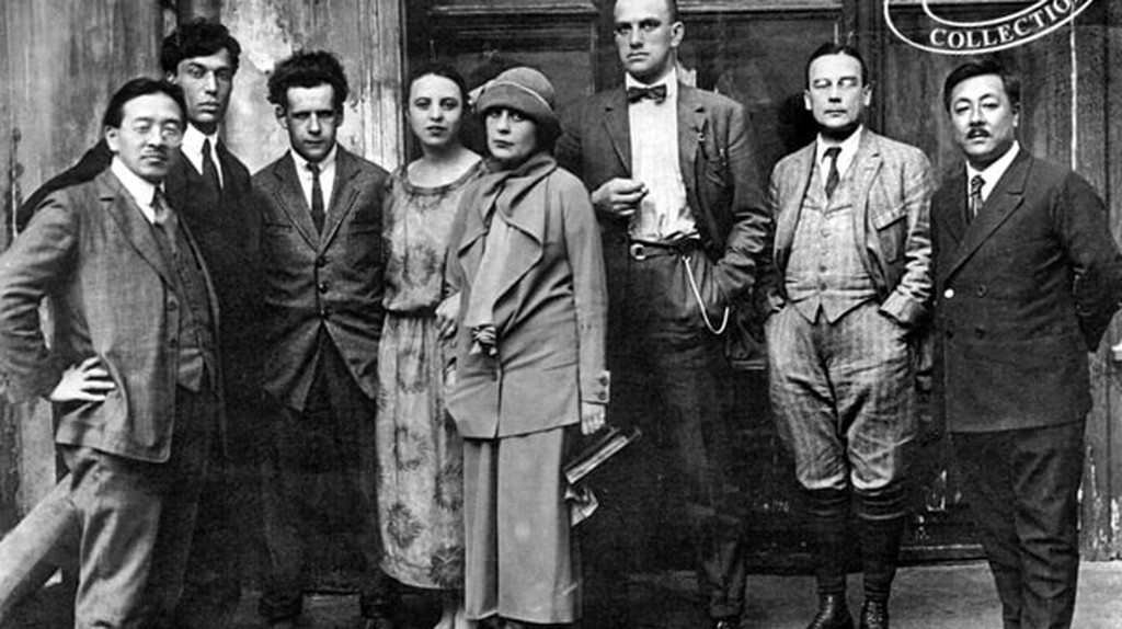 Mayakovsky (third right) among literati friends | © Wikimedia Commons