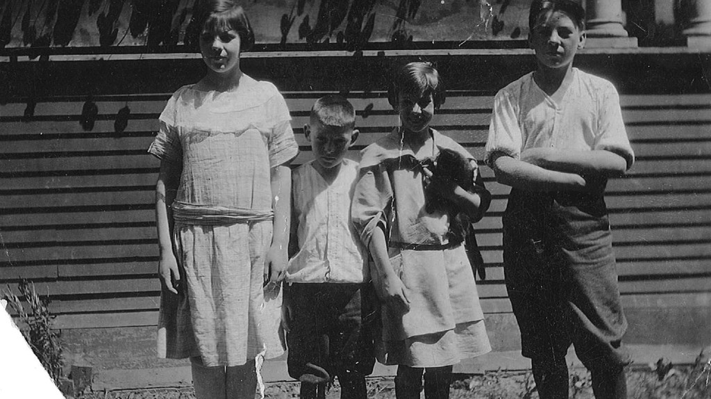 Schaffner Agnes Martin siblings photo. (L to R: Maribel, Malcom Jr., Agnes with cat, Ronald). Courtesy of Christa Martin, Martin Family Archive