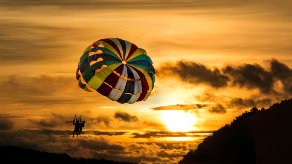 Enjoy the the magnificent sunset while parachuting in Langkawi | © Gabriela Jerjes/Shutterstock