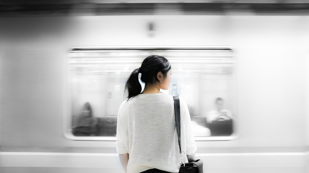 Woman at subway station | © pxhere