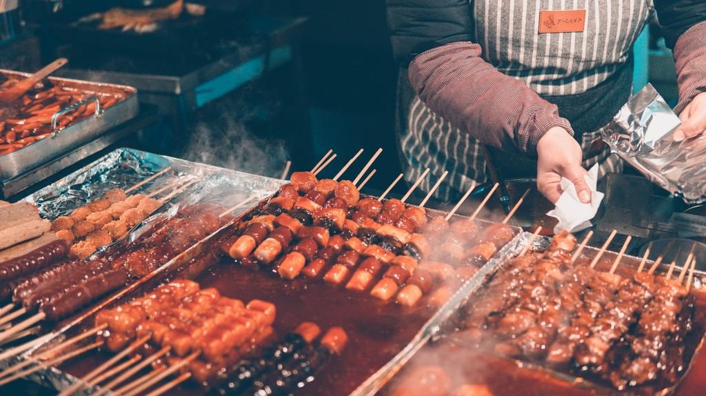 Explore Seoul's street food scene at the city's markets and food alleys.   © Ian Valerio / Unsplash