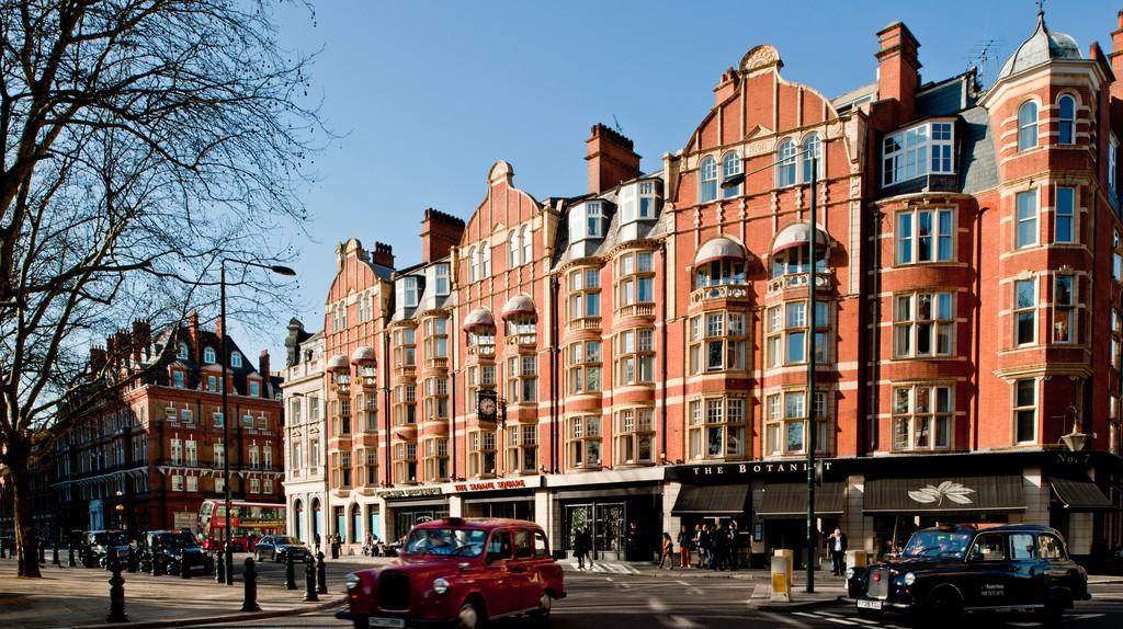 Sloane Square lies between Knightsbridge, Belgravia and Chelsea