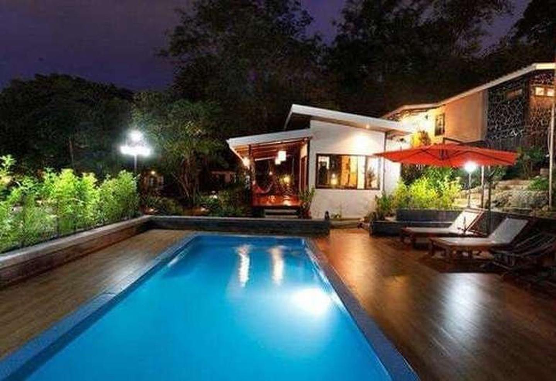 Piscina en Nature Park Resort por la noche