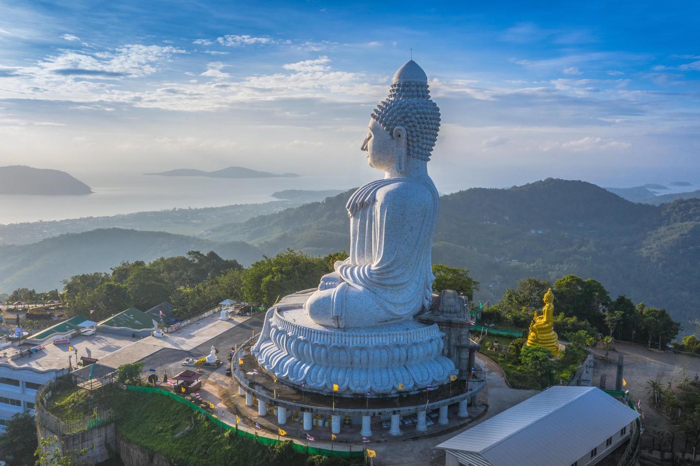 Fotografía areial Gran Buda de Phuket en el cielo azul.  Phuket Big Buddha es uno de los hitos más importantes y venerados de la isla de Phuket.