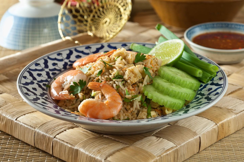 Arroz frito con camarones tailandés Khao pad goong