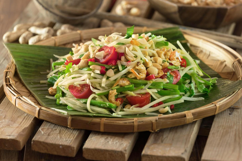 Ensalada de papaya verde Som Tam.  Comida tailandesa