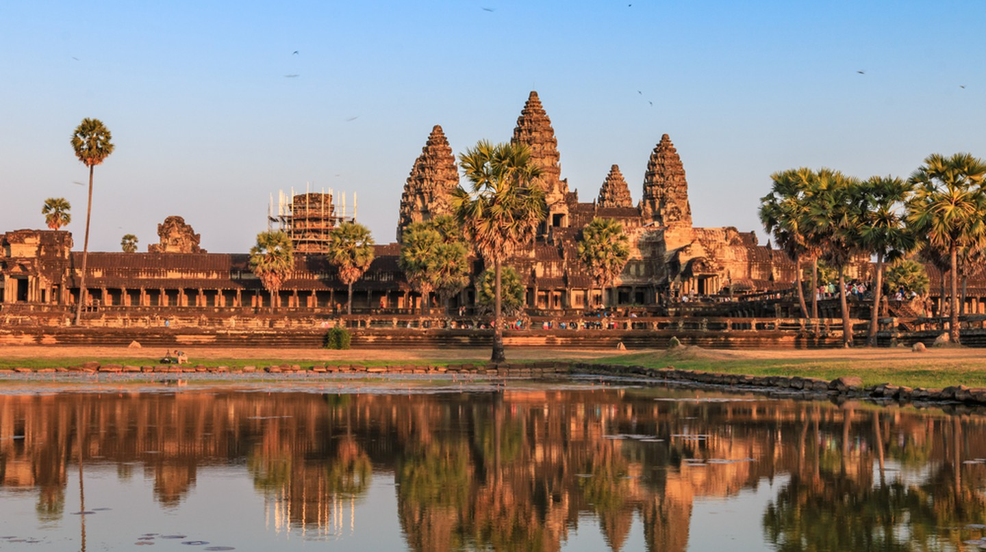 The reflection of Angor Wat's shadow on the basin, ancient architecture in Cambodia | © P_Phi_Phi/Shutterstock