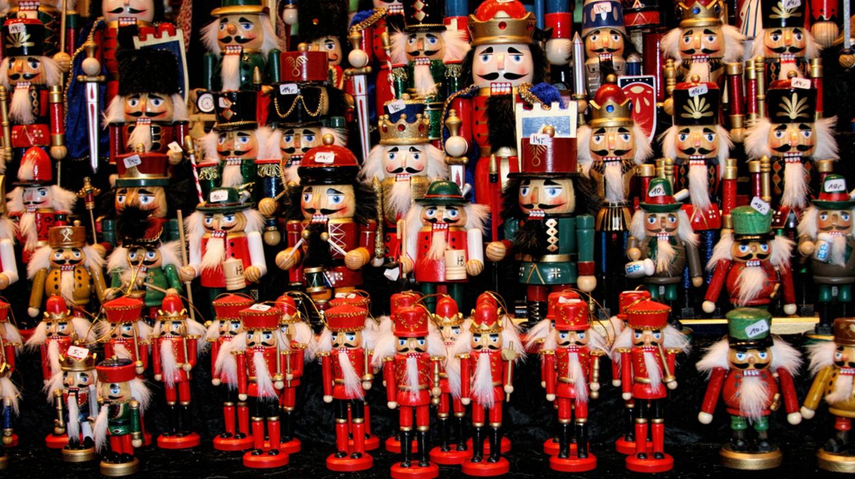 Multicolor Nutcraker army- traditional toys on Christmas market | ©Tiberiu Stan/Shutterstock