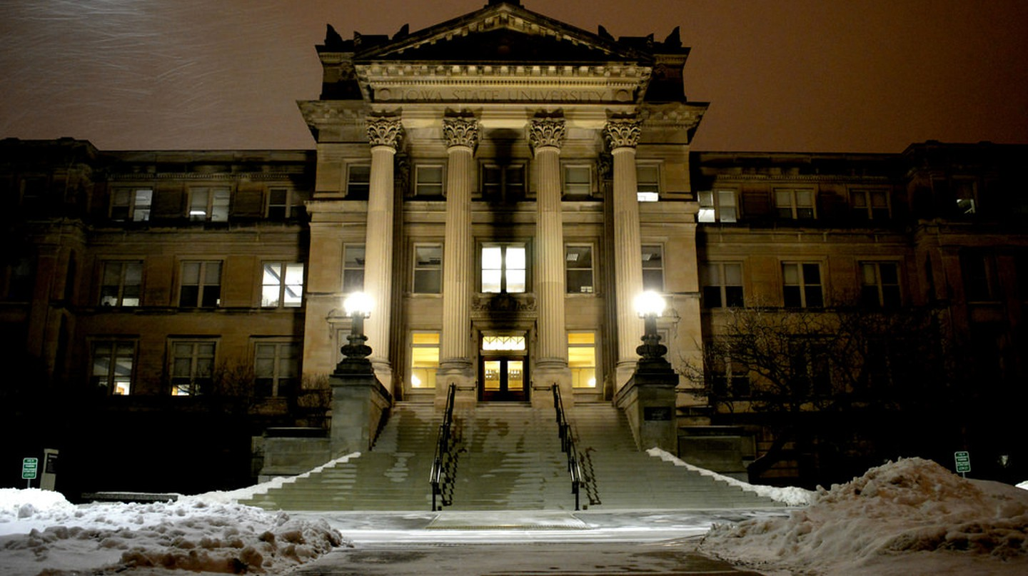 Iowa State University's Beardshear Hall during snowfall in Ames, Iowa © Alex Hanson/Flickr