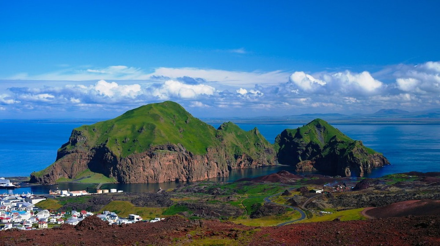 Heimaey island and city at Vestmannaeyjar, Iceland | © Homo Cosmicos/Shutterstock