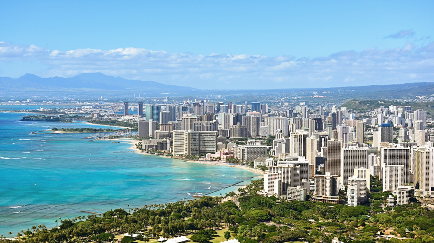 Honolulu and Waikiki beach on Oahu Hawaii. View from the famous Diamond Head hike from Diamond Head State Monument and park, Oahu, Hawaii, USA I © Maridav/Shutterstock