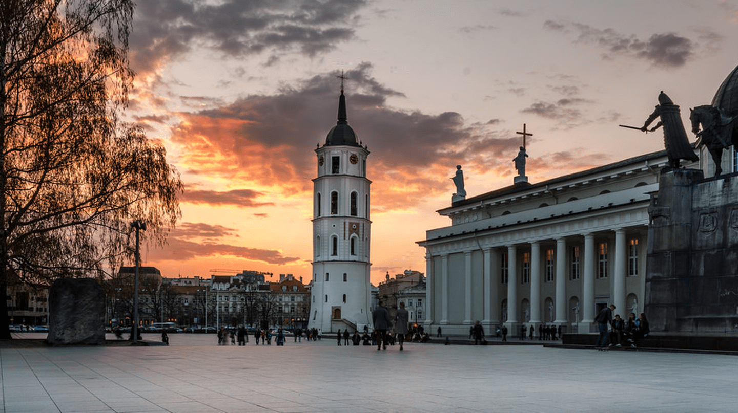 Cathedral Square and Vilnius Cathedral |© Mantas Volungevicius/Flickr