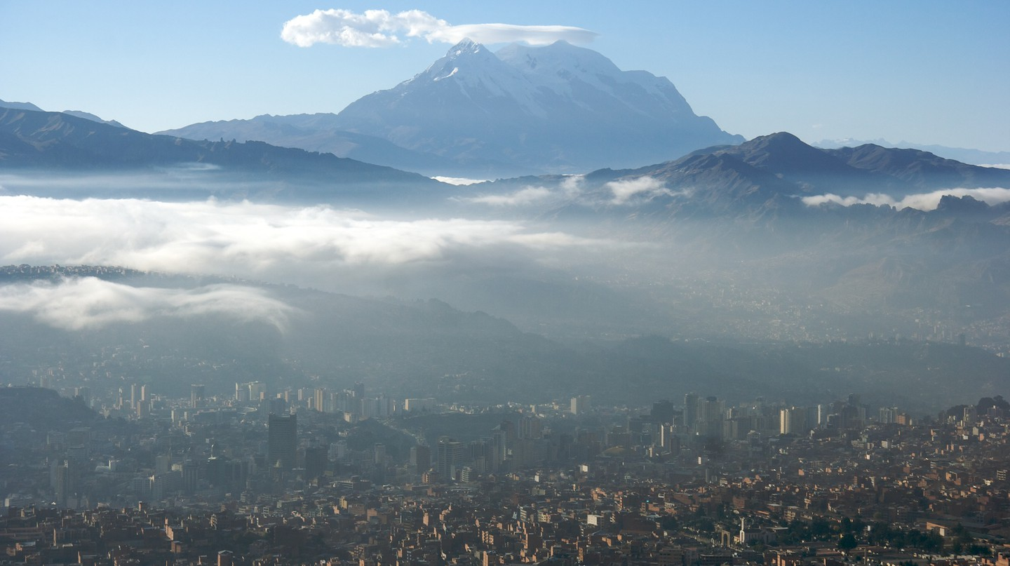 La Paz with Illimani in the background | © Mark Goble/Wikicommons