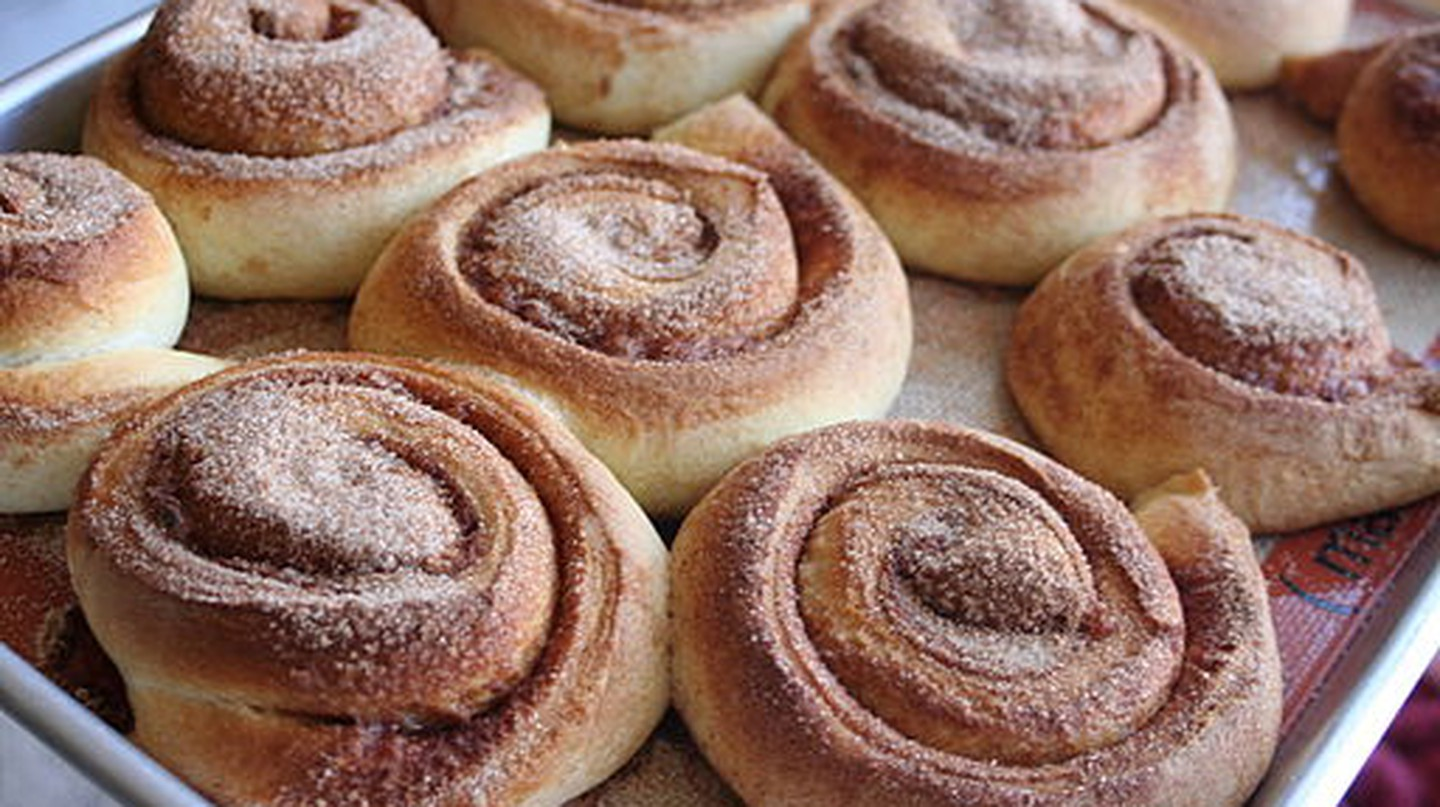 Cinnamon rolls on tray | © Whitney/Wikicommons