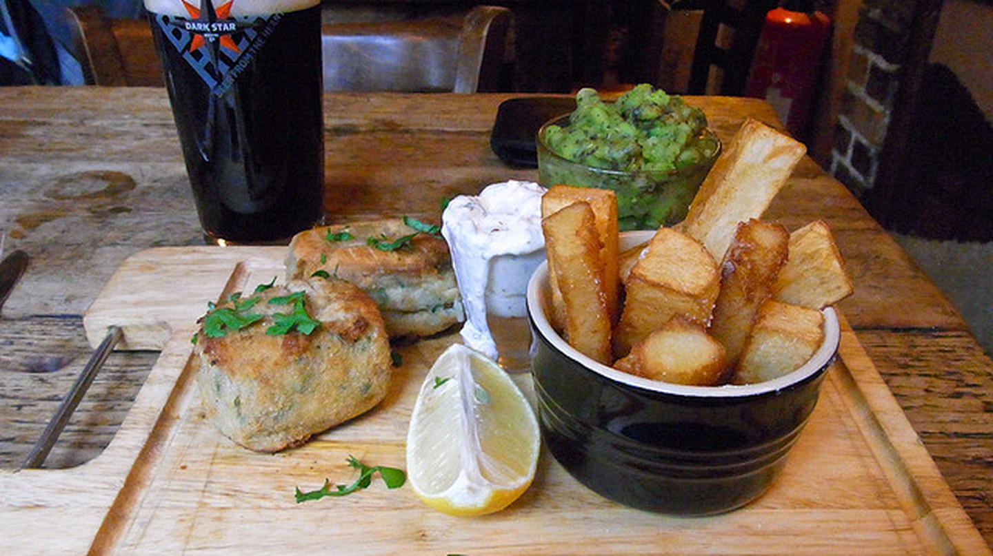Fishfingers, chips & mushy peas at the Earth & Stars © Martin Thomas/Flickr