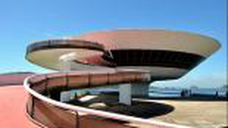 Oscar Niemeyer: Form Follows Feminine