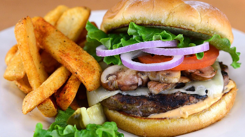 Mushroom Swiss burger | © mosespreciado/Flickr