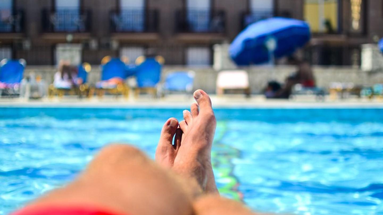 Relaxing by the pool © tookapic/pexels