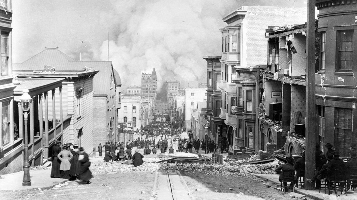 Looking toward the fire on Sacramento Street @ Public Domain/Arnold Genthe
