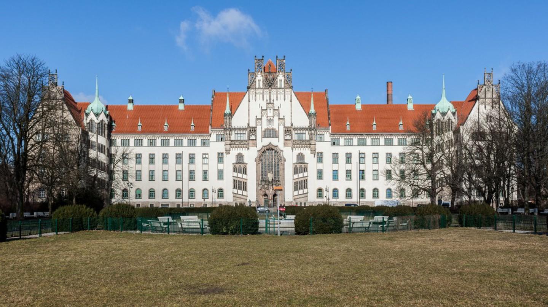 Das Amtsgericht Wedding (Berlin) wurde von 1901 bis 1906 nach Plänen von Rudolf Mönnich und Paul Thoemer im Stil der Neogotik erbaut.