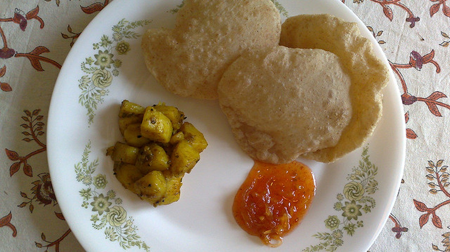 Luchi with Aloo Dum | © Kaustav Bhattacharya/Flickr
