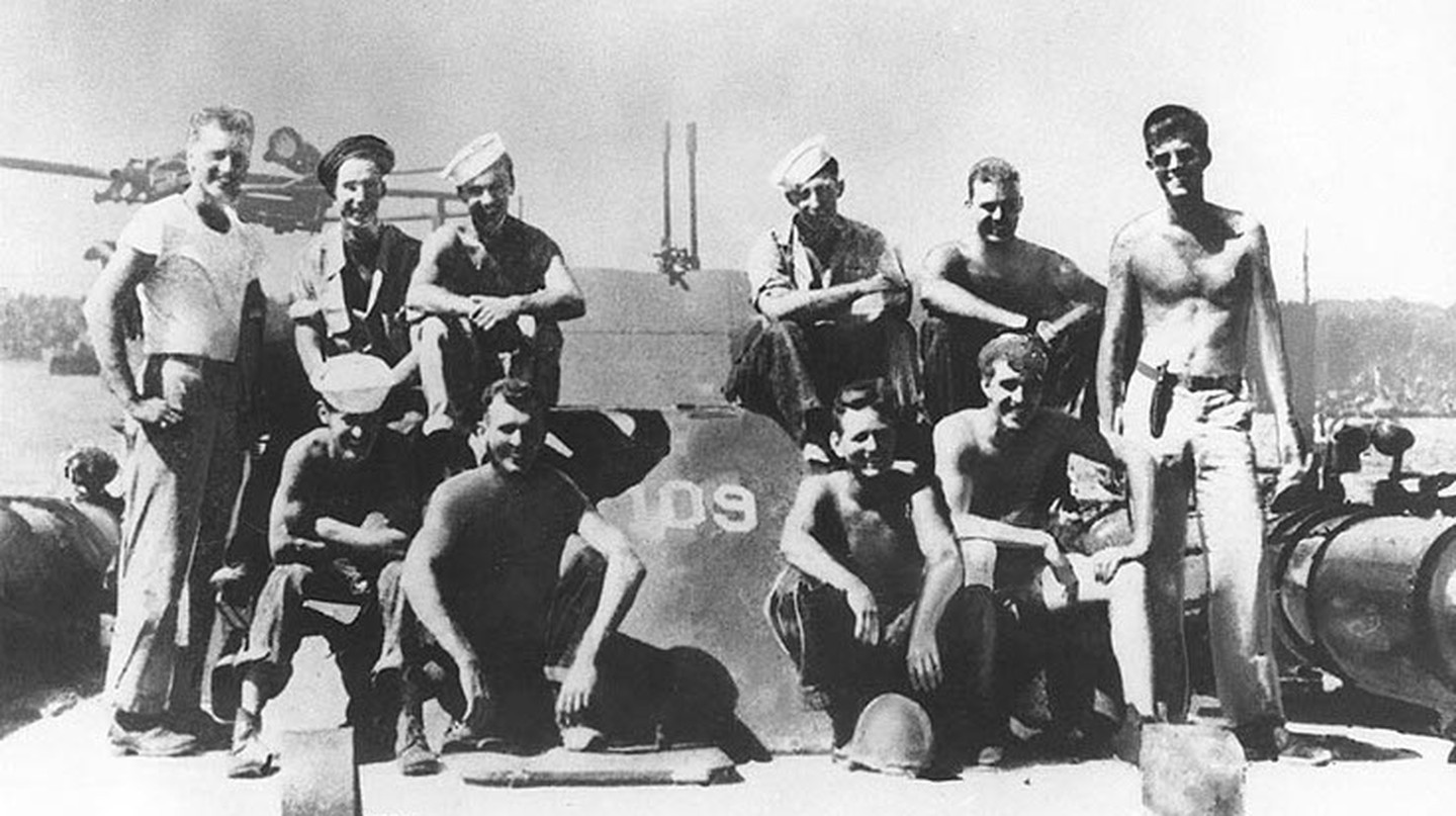 Lieutenant John F. Kennedy, USNR, (standing at right) with other crewmen on board PT-109, 1943. | © WikiCommons