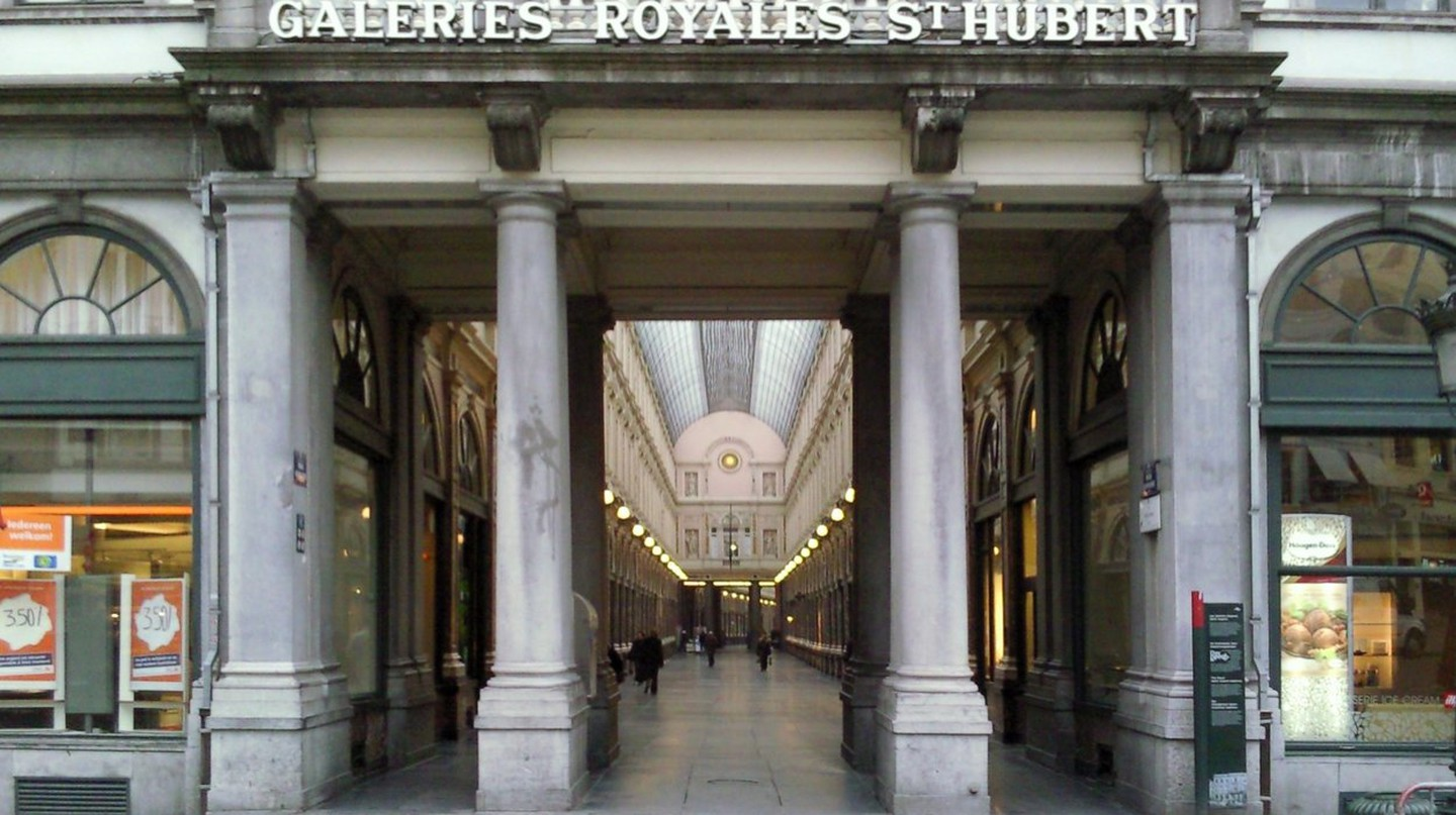 The entrance of Galeries Royales Saint-Hubert | © Velvet | WikiCommons