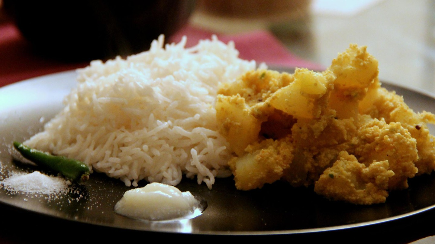 Aalu Posto Served With Rice, Ghee, Salt and a Chilly | © TanBanMi/WikiCommons