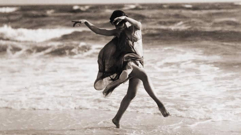 Isadora Duncan danse sur la plage © Arnold Genthe/Wikimedia
