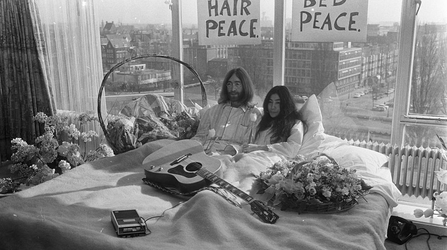 John Lennon and Yoko Ono on the first day of their Bed-In for Peace in the Amsterdam Hilton Hotel (1969). | Dutch National Archive