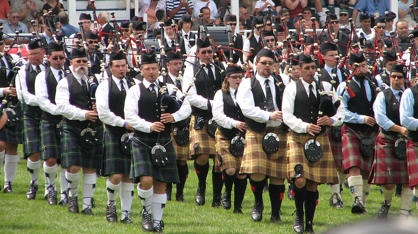 Massed bands playing at the Glengarry Highland Games | © Gordon E. Robertson / WikiCommons