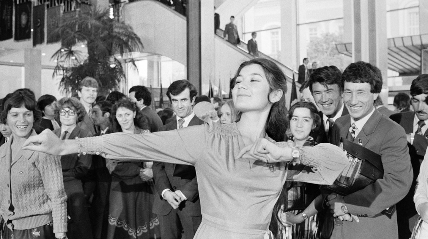 Dancing during a break between sessions of the 19th Komsomol (the main youth Communist organization) congress (1982) | © RIA Novosti archive, image #535377/Boris Kaufman/CC-BY-SA 3.0/WikiCommons