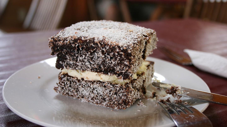 Lamington with cream | © Monica Shaw / WikiCommons