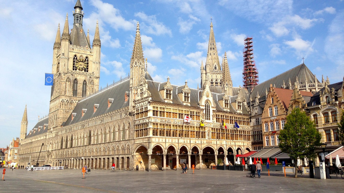 Ypres' main square with its imposing Cloth Hall | © Andrew Nash/Flickr