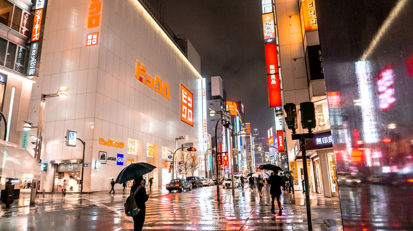 Uniqlo store on a rainy day in Tokyo | © IQRemix/Flickr
