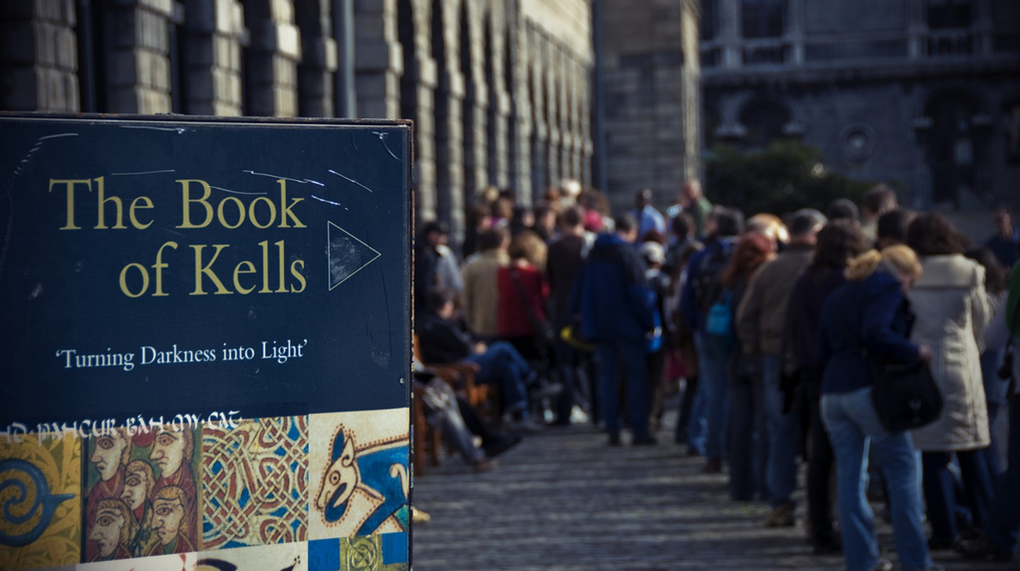 The queue to visit the Book of Kells | © Trinity Digital Exhibition/Flickr