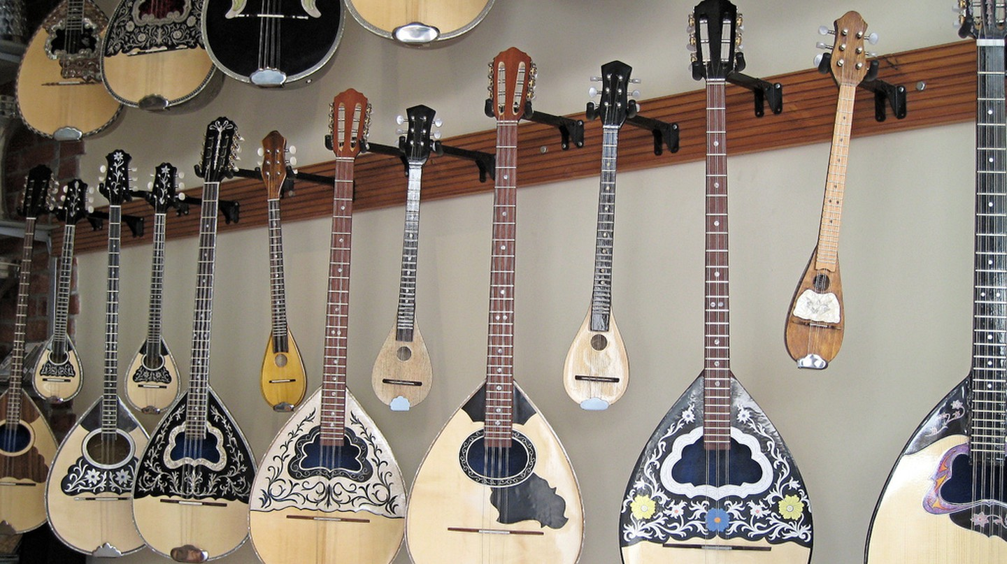 Bouzoukis in a store | © Titanas/Flickr
