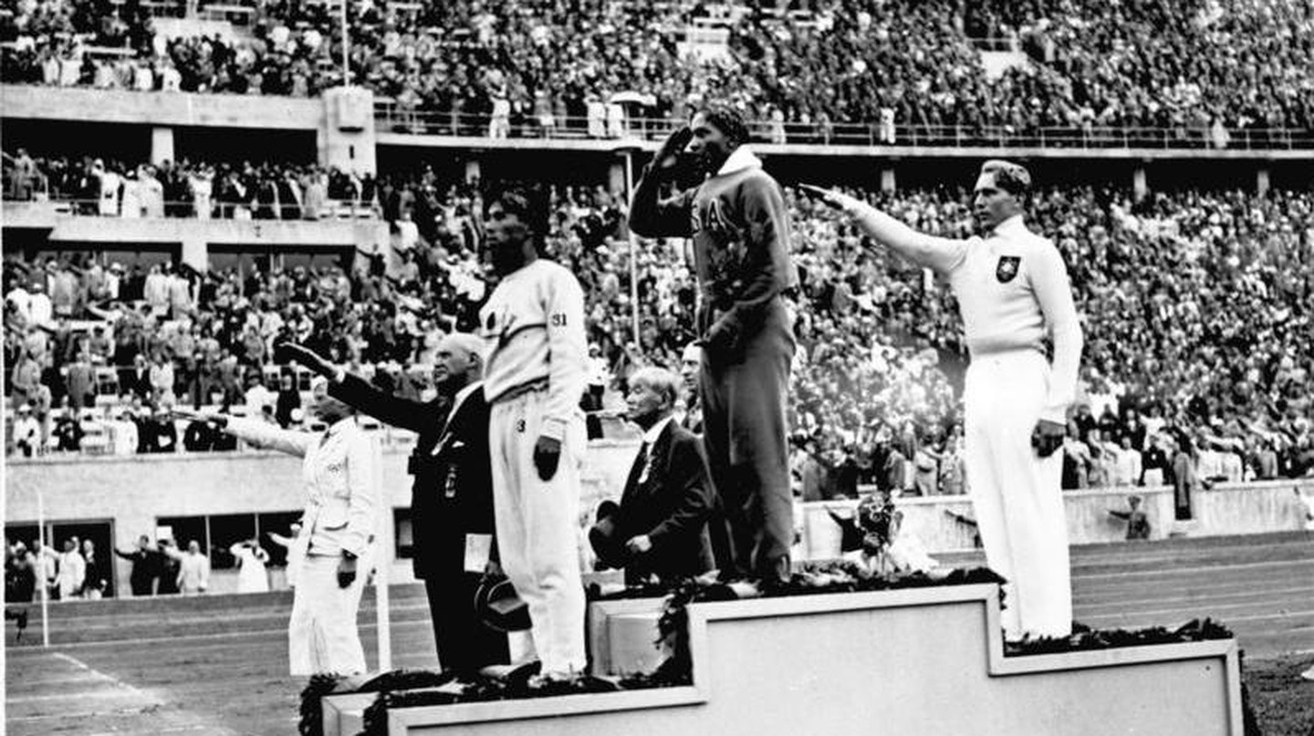 Jesse Owens winning first place at the 1936 Olympics| © Cropbot (talk | contribs)/WikiCommons
