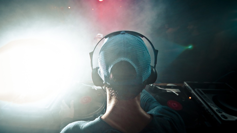 DJ │ Unsplash