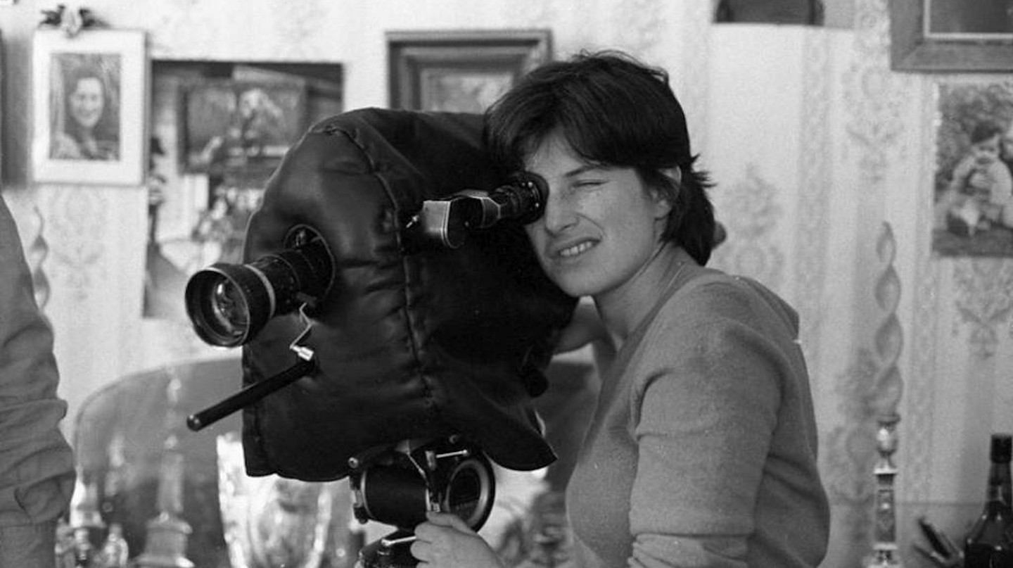 The late director Chantal Akerma sees through her camera's lens |© Courtesy of Festival do Rio