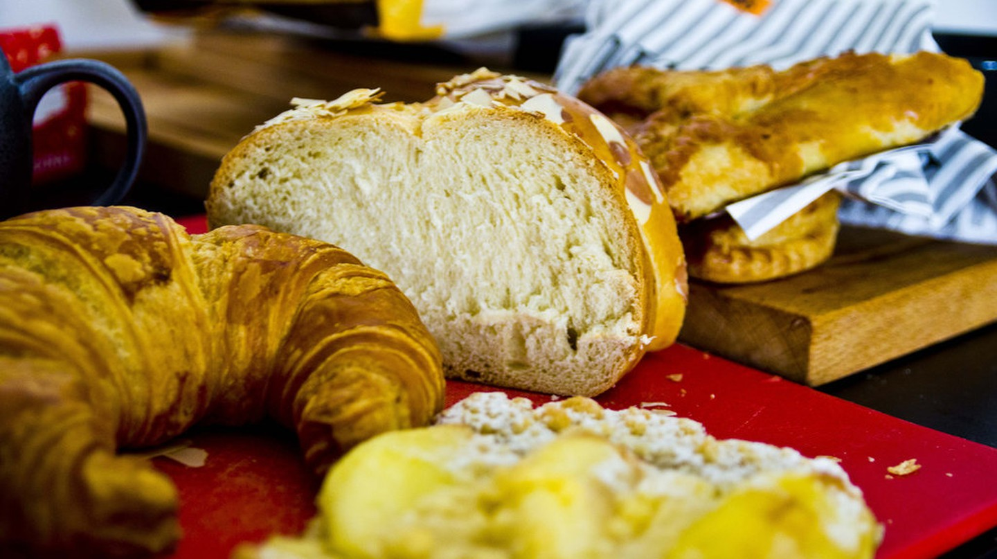 Fresh croissants and bread |©Ken Hawkins/Flickr