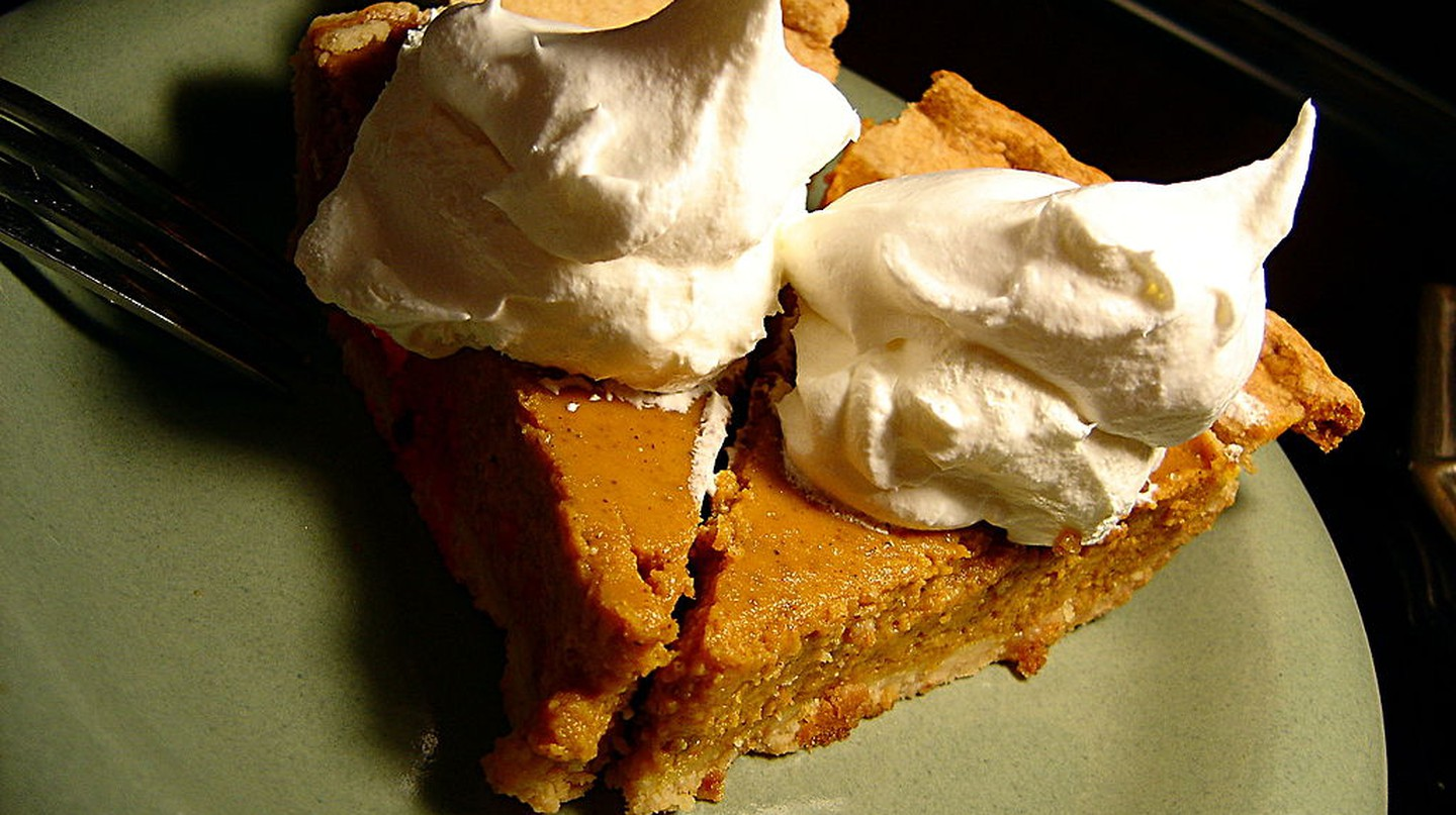 Two Pieces of Pumpkin Pie | © Andy Melton, Wikipedia Commons