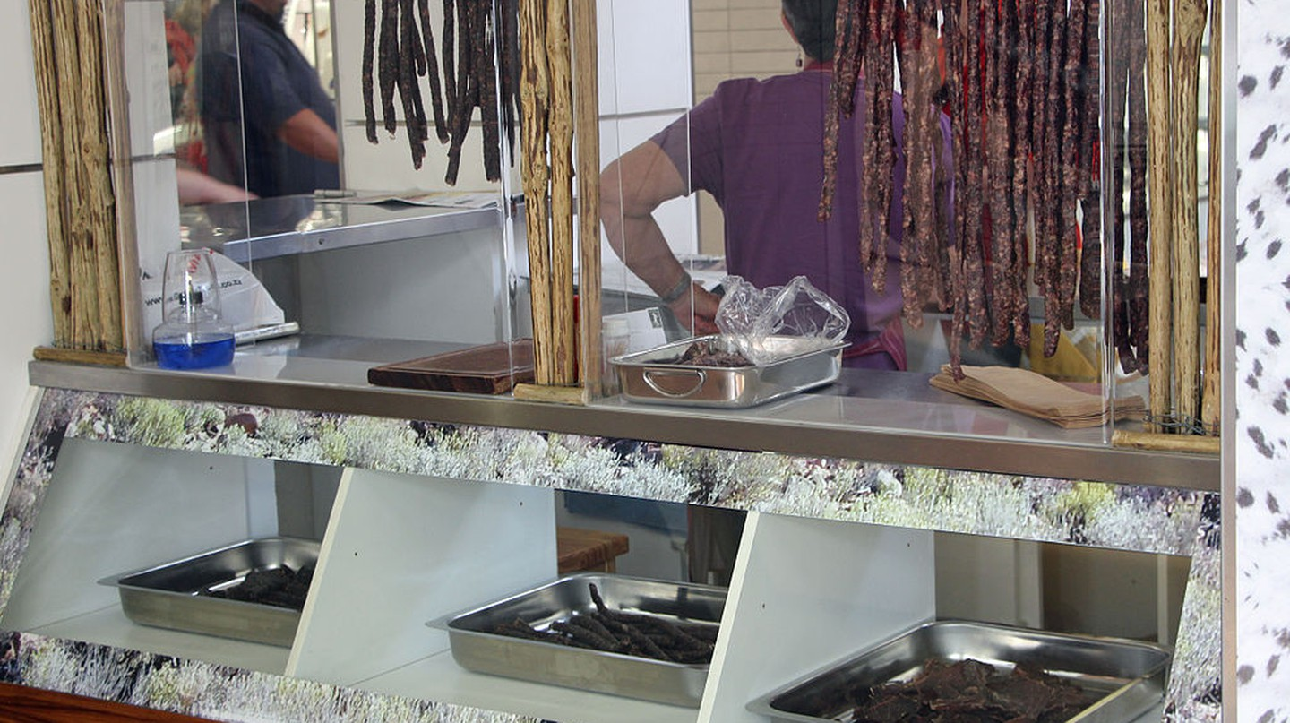 Biltong stand at a Cape Town mall © HelenOnline/WikiCommons