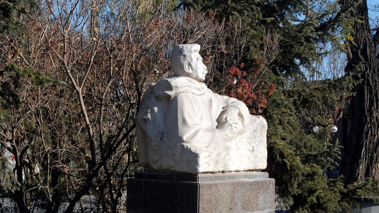 A statue of Lu Xun | © shi zhao/Flickr