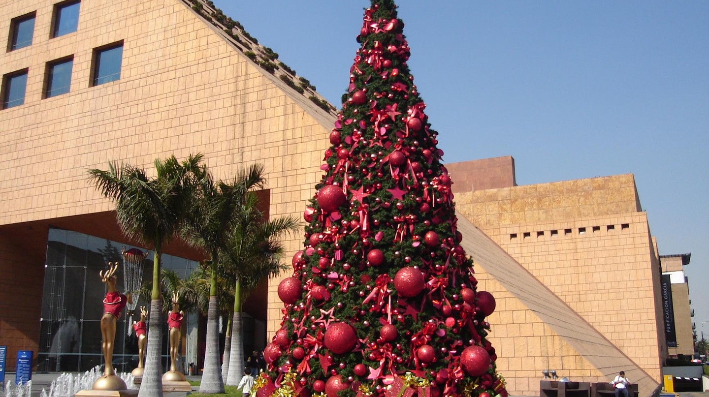 Christmas tree outside a shopping centre in Mexico City | © Kiewic/Flickr