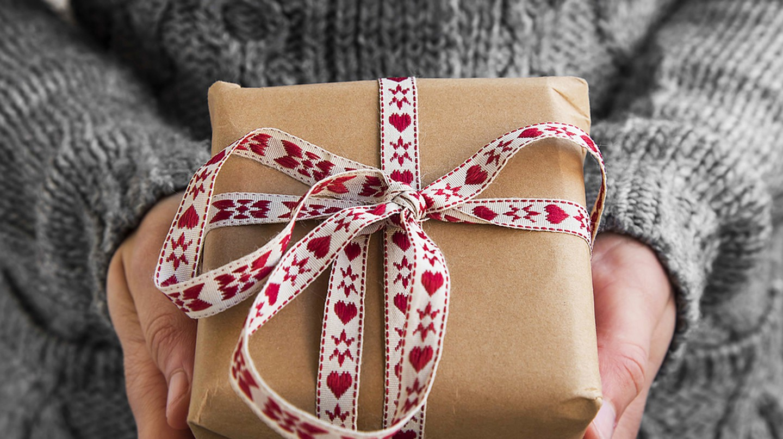 Holiday Gift © Lijam/Shutterstock