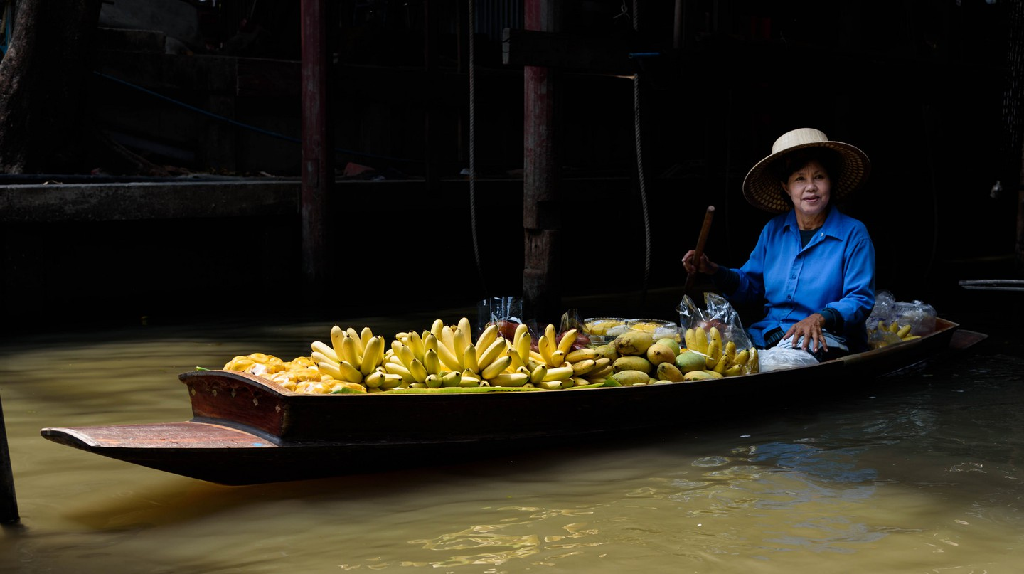 Floating fruit vendor | ©  Joe deSousa/Flickr
