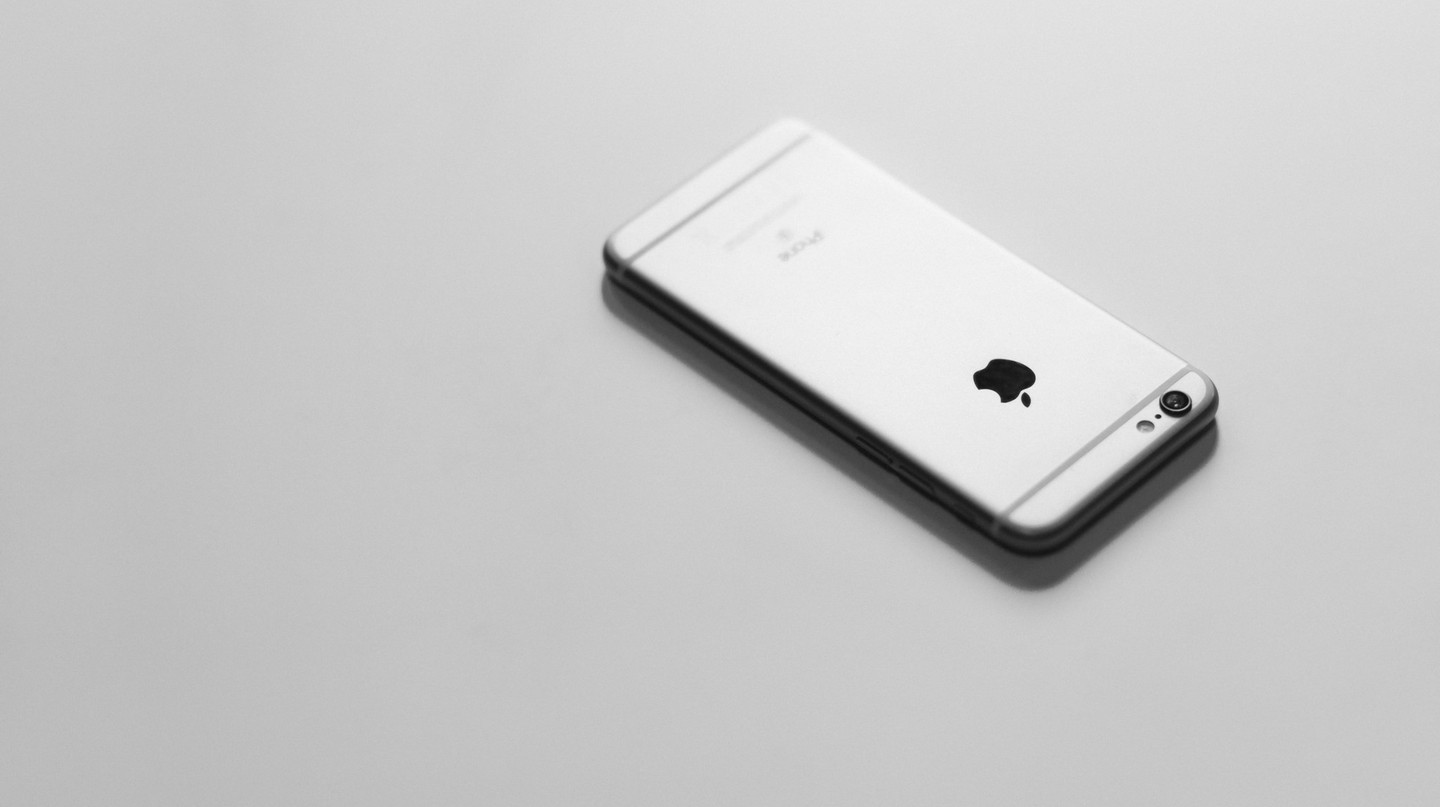 iPhone 6S in black and white  | © Courtesy of freestocks.org/Flickr