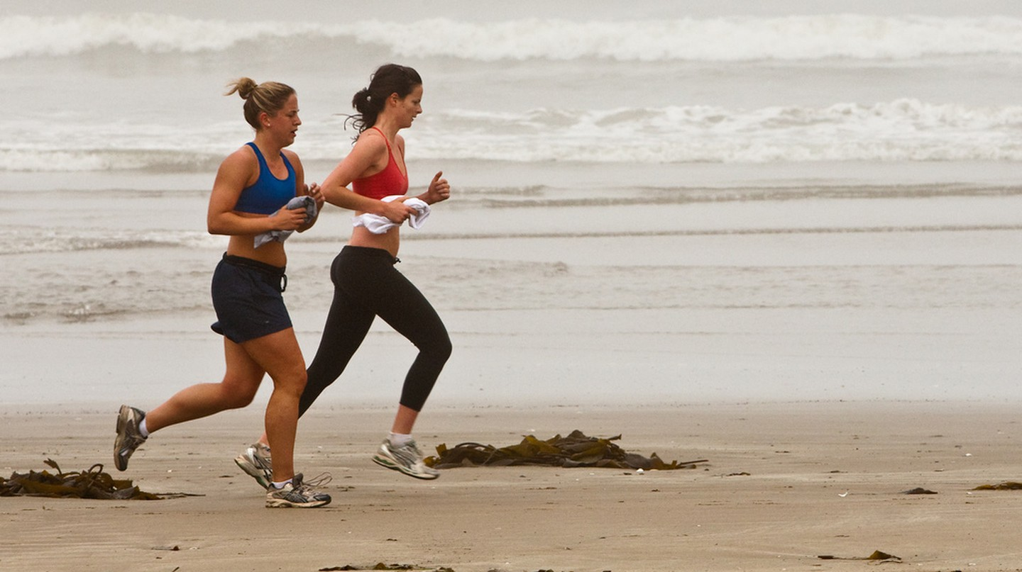 Running on the beach |© Mike Baird/Flickr